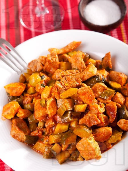 Свинско с кисели краставички и доматен сос - снимка на рецептата